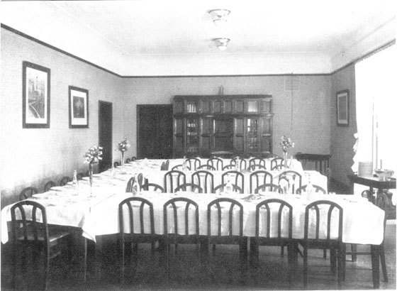 Fotografie: Speiseraum des Schwesternhauses in der Bornheimer Landwehr 85, Frankfurt am Main, 1920.