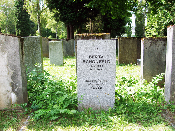 Photography: Grave of Bertha Schoenfeld and vicinity in the Jewish cemetery at Eckenheimer Landstrasse.