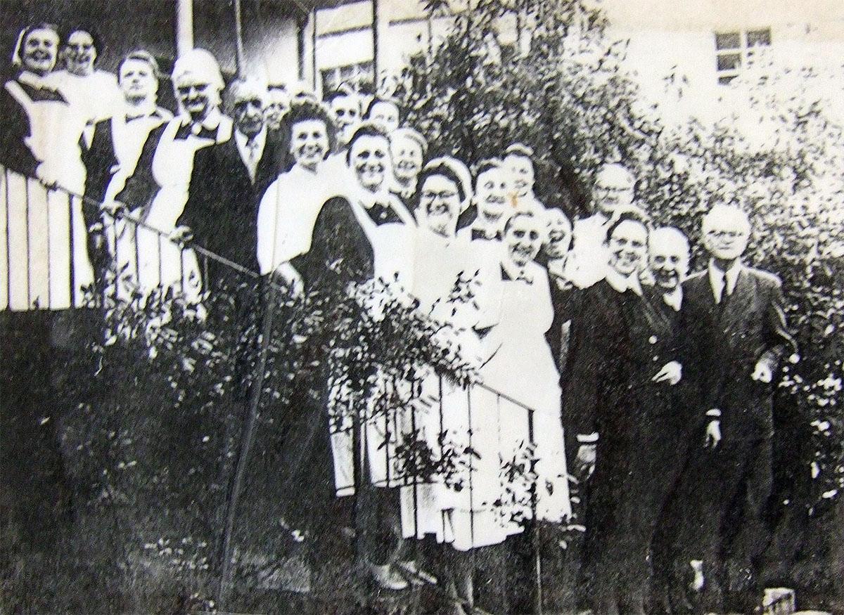 Fotografie: Mitarbeiterinnen und Mitarbeiter des May'schen Siechenhauses, um 1930.