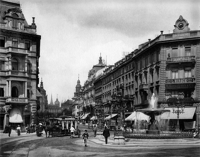 Fotografie: Kaiserstraße 11, 13 / Frankfurt am Main: Blick vom Kaiserplatz in der Kaiserstraße nach Nordosten Richtung Roßmarkt (Junghändel 1898.)