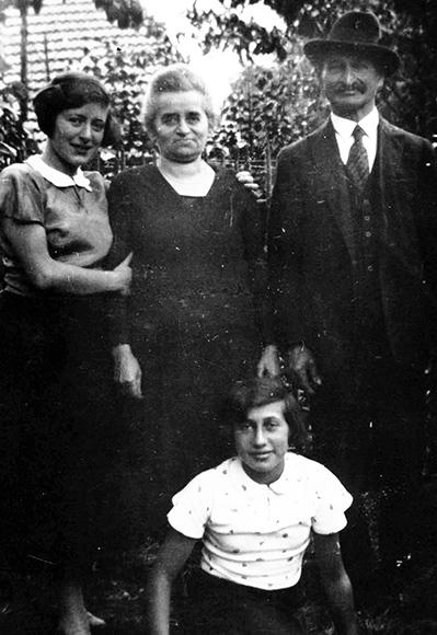 Fotografie: Selma Lorch mit ihren Eltern Rosa und Gustav Lorch II und ihrer Schwester Ilse im Garten des Elternhauses, 1933