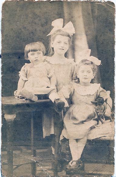 Fotografie: Wolff, Juliane / Juliane Wolff und ihre beiden jüngeren Schwestern Edith und Käthe, o.J. (um 1925)