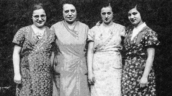 Fotografie: Scharlack, Ruth und Gustl / Ruth Berlove, geb. Scharlack (links) und ihre Schwester Gustl (rechts).