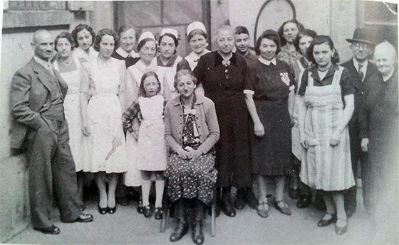 Fotografie: Israelitisches Krankenhaus Mannheim / Die Belegschaft des Mannheimer jüdischen Krankenhauses im Jahr 1942.