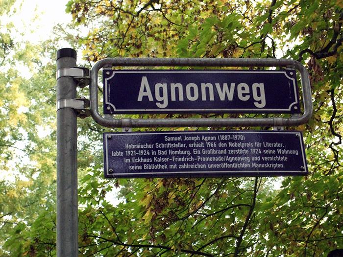 Fotografie: Agnonweg, benannt nach dem hebräischen Schriftsteller und Nobelpreisträger Samuel Joseph Agnon (1888-1970, Angabe des Geburtsjahres auf dem Straßenschild: 1887)